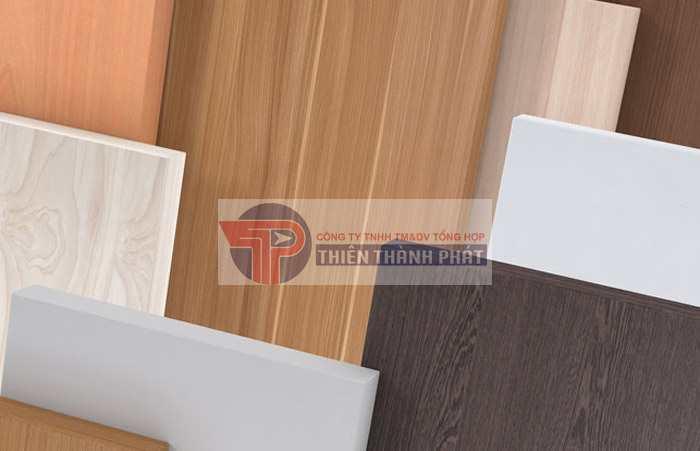 Gỗ MFC được dán ép kết hợp giữa gỗ dăm và keo nên rất sợ nước, thường bị phồng khi gặp nước.