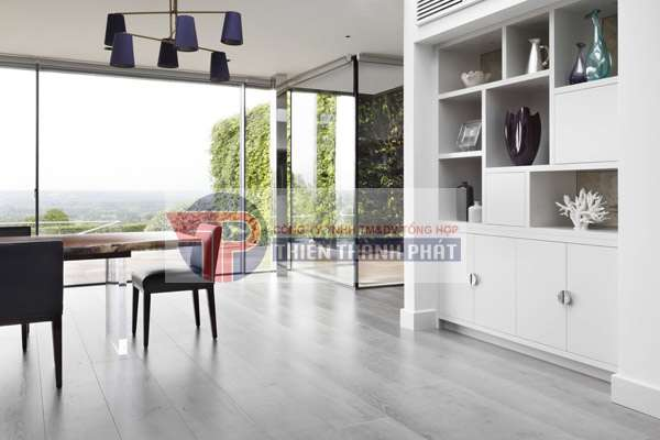 Sàn gỗ công nghiệp sau một thời gian sử dụng thường có dấu hiệu bị cũ, bạc màu hoặc xuất hiện các vết trầy xước trông khá mất thẩm mỹ