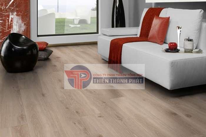Độ dày của sàn gỗ công nghiệp (thickness) thường dao động trong khoảng từ 6mm đến 12mm