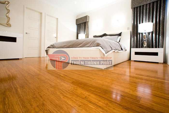 Sàn gỗ công nghiệp mặt bóng là loại sàn gỗ được tạo ra bởi 4 lớp ép lại với phần đỉnh máy ép nhẵn bóng