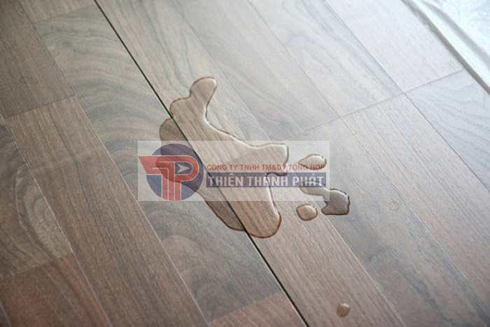 Xử lý sự cố tràn ngay lập tức trên sàn gỗ công nghiệp