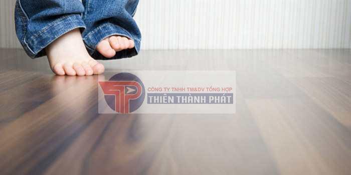 Nên thường xuyên quét nhà để làm sạch lớp bụi khô trên bề mặt sàn gỗ