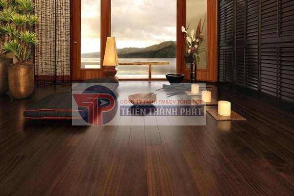 Sàn gỗ công nghiệp thường có bề mặt vân gỗ sần hoặc bề mặt nhám ghi