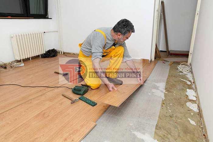 Sàn gỗ phải được lắp đặt song song với chiều ánh sáng trong không gian nhà