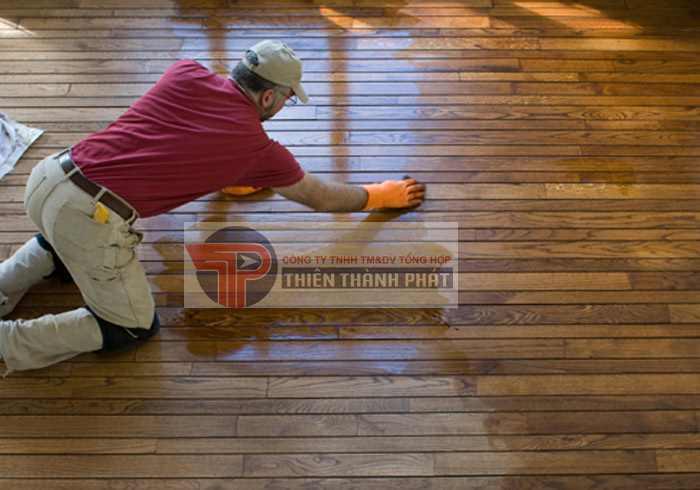 Ngay sau khi phun dung dịch giấm lên sàn nhà, hãy dùng một chiếc khăn lông ẩm hoặc miếng bọt biển để lau