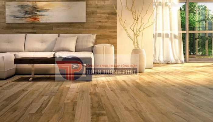 Nếu sàn nhà vẫn còn một lượng nước lớn bám trên sàn, hãy dùng một miếng vải khô để lau sạch chúng