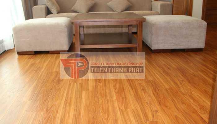 Hãy tháo dỡ sàn gỗ ra và loại bỏ các tấm ván sàn đã bị mối mọt nếu sàn gỗ công nghiệp bị mối mọt phá hoại