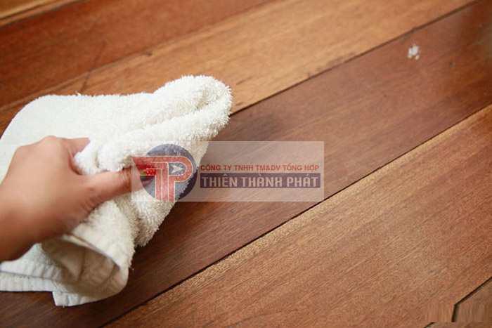 Vệ sinh lau chùi sàn gỗ là khâu quan trọng và đóng vai trò quyết định đến tuổi thọ của sàn gỗ