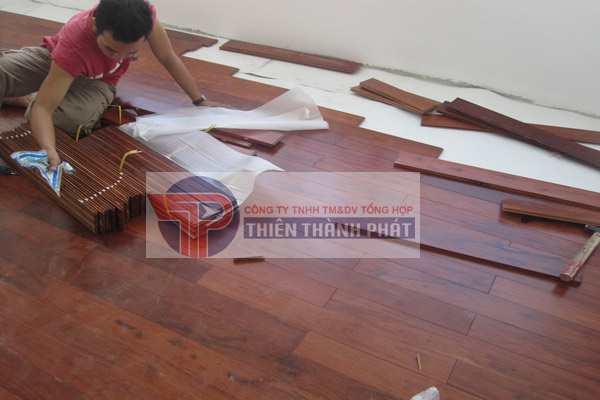 Hãy nhớ để cho bề mặt sàn nhà được khô ráo, tránh các trường hợp sàn gỗ công nghiệp bị phồng nở, thấm nước
