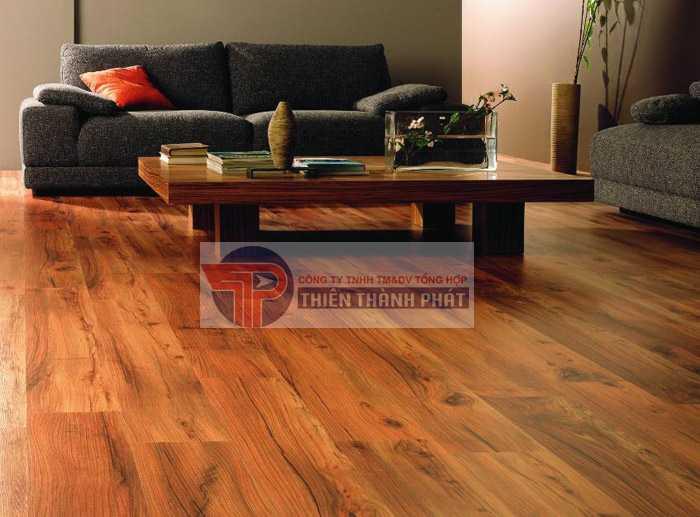 So với lát sàn bằng gạch men, sàn gỗ công nghiệp sẽ là lựa chọn tối ưu hơn