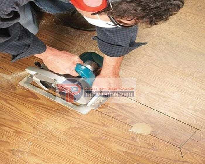 Bước 2: Gỡ bỏ các tấm ván sàn bị hỏng ra
