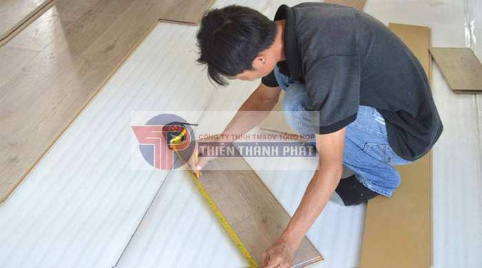 Bước 3: Cắt một tấm ván gỗ công nghiệp mới