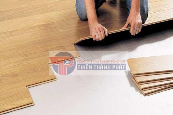 Tất cả các loại sàn gỗ công nghiệp hiện nay đều có sử dụng hèm khóa ở cạnh để thuận tiện hơn trong việc lắp đặt và tháo dỡ sàn gỗ