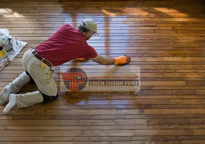 Dùng một miếng vải sợi nhỏ ẩm để loại bỏ những vết mực hoặc bút chì xấu xí trên sàn gỗ