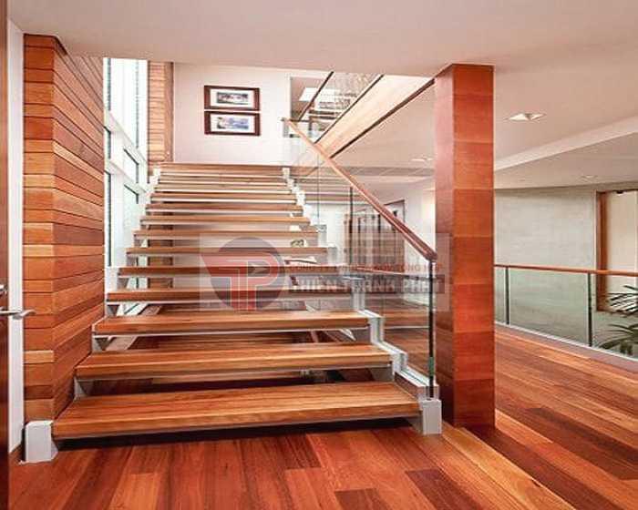 Sử dụng sàn gỗ công nghiệp cho cầu thang giúp không gian nhà thêm ấn tượng và độc đáo