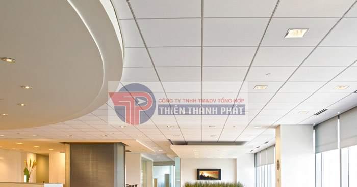 Trần thạch cao khung nổi là loại trần có các tấm thạch cao đã được định hình sẵn khi tiến hành thi công
