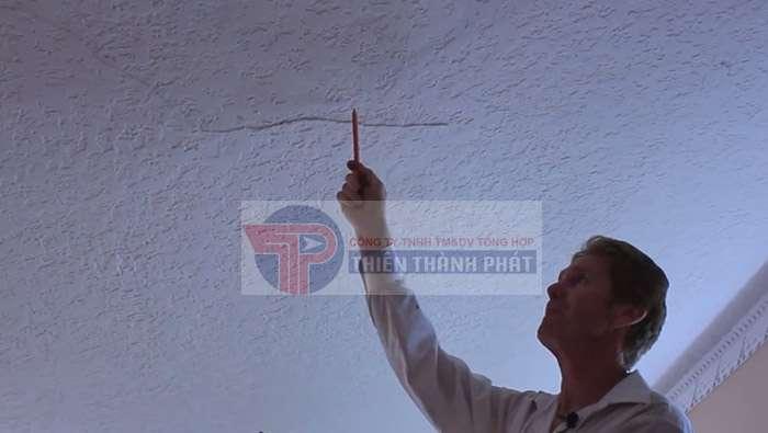 Sử dụng vật liệu thi công không tương đồng khiến trần thạch cao bị nứt