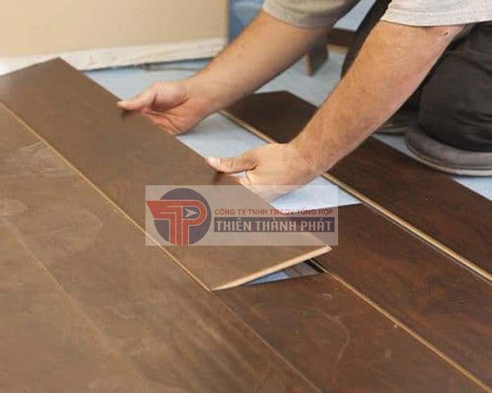 Lớp lót sàn gỗ công nghiệp thường được làm bằng xốp, xốp tráng bạc hay cao su