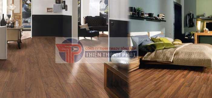 Nên chọn loại sàn gỗ có màu nâu kèm theo bề mặt hoa văn