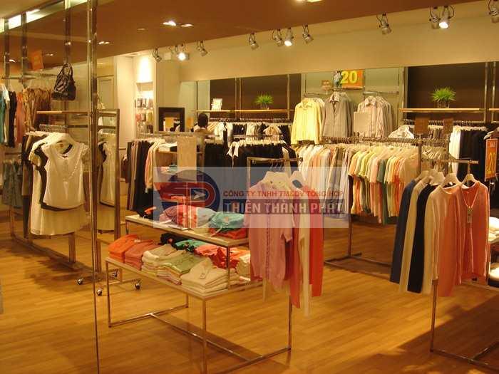 Có nên lắp đặt sàn gỗ công nghiệp cho shop áo quần hay không?