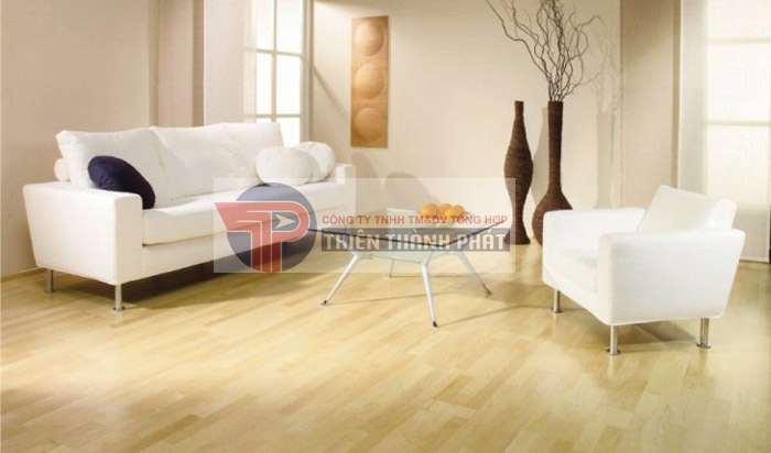 Nên chọn những mẫu sàn gỗ có bề mặt bóng sáng, tránh chọn các mẫu sàn mặt sần