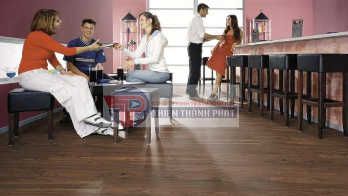 Nên chọn loại sàn gỗ công nghiệp có khả năng chịu nước, chịu ẩm tốt