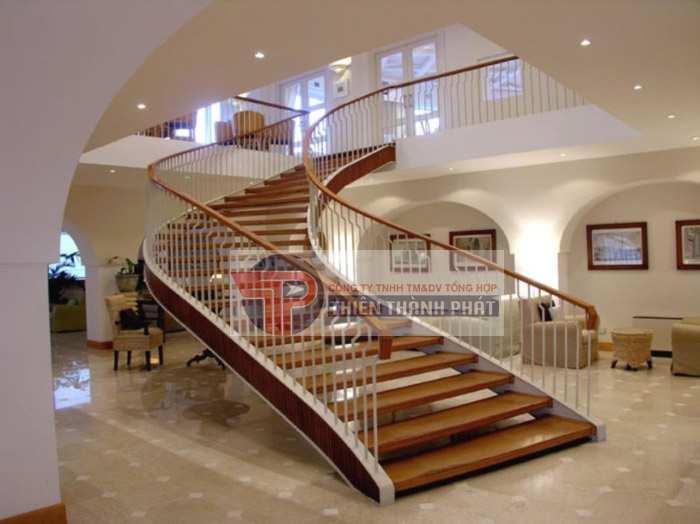 Tạo điểm nhấn cho không gian gia đình với cầu thang lát bằng sàn gỗ công nghiệp