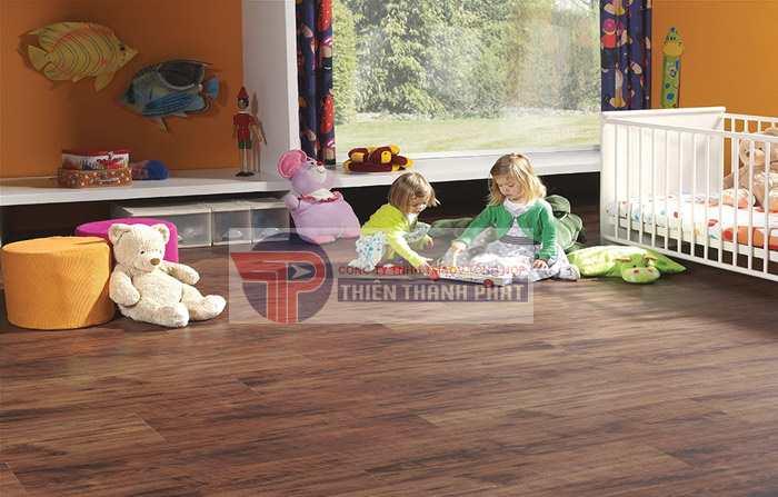 Sàn gỗ công nghiệp vân sần có độ chống trơn trượt khá tốt, do đó chúng được sử dụng nhiều và thích hợp để sử dụng cho phòng trẻ em nhằm đảm bảo độ an toàn cho trẻ