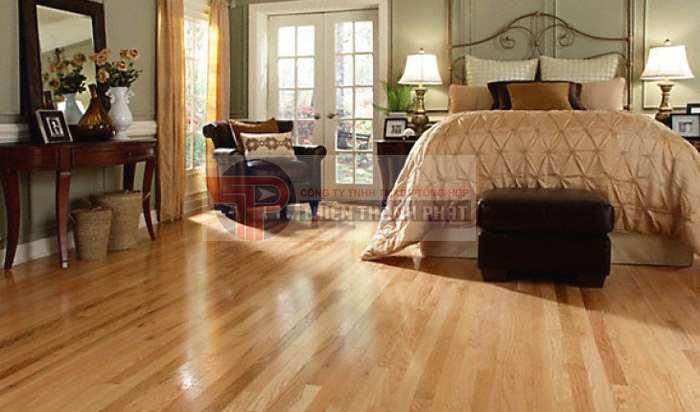 Sàn gỗ công nghiệp mặt bóng giúp làm nổi bật lên sự ấn tượng và độc đáo của đồ nội thất và trang trí