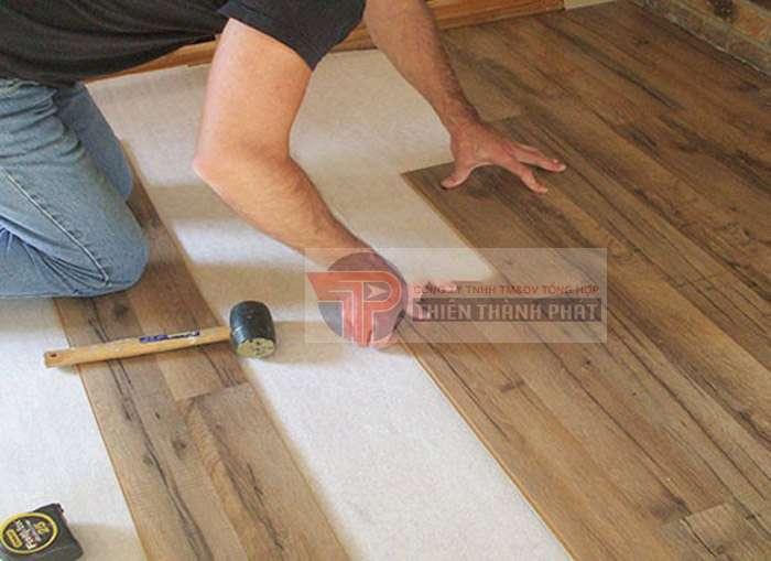 Tự lắp đặt sàn gỗ công nghiệp giúp tiết kiệm chi phí để thuê nhân công, đơn vị lắp đặt