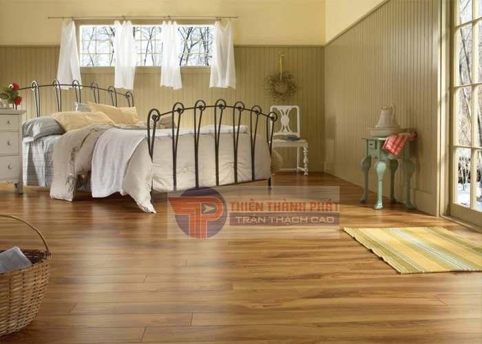 Thiết kế cho màu sắc của sàn trùng với màu tủ và giường để tạo nên sự hài hòa và thống nhất cho cả không gian