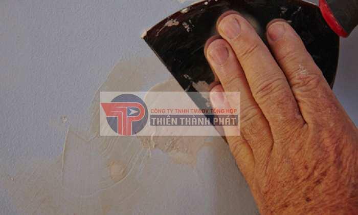 Dùng giấy nhám chà lại tường để sơn bả hoàn thiện