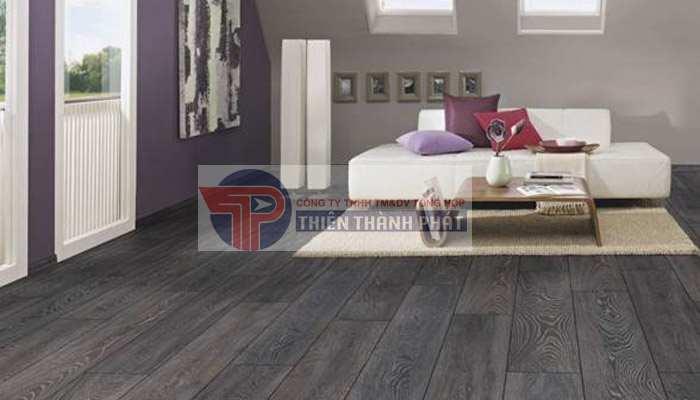 Lắp đặt sàn gỗ sai quy trình và không đúng kỹ thuật khiến sàn gỗ bị hở hoặc không sát chân tường